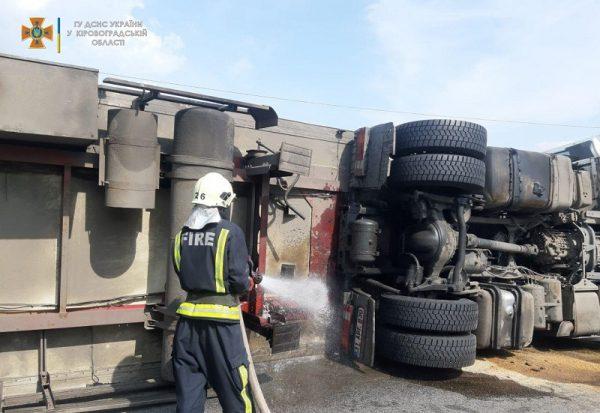 На Кировоградщине спасатели дважды смывали разлитое автомобильное топливо с покрытия дорог (ФОТО)