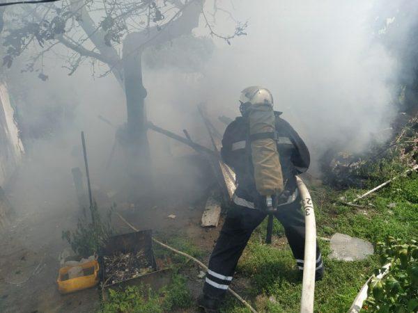 В Александрии на улице Дибровы на территории одного из частных домов произошел пожар