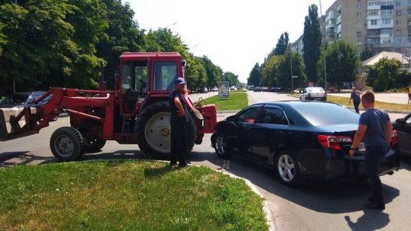 В Александрии на Соборном проспекте столкнулись Toyota и трактор