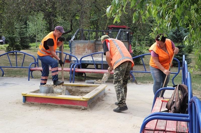 В Александрии коммунальщики завозят песок на детские площадки и ремонтируют качели (ФОТО)