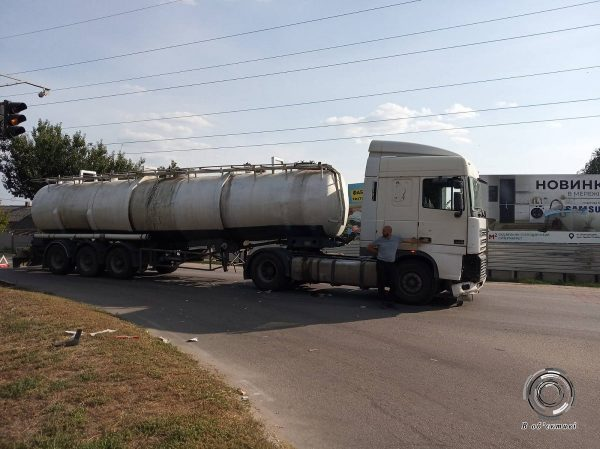 В Александрии на светофоре бензовоз врезался в «пятерку»