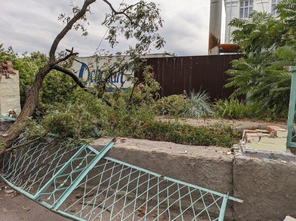 В Александрии ветка упала на забор 2-ой школы и сломала его